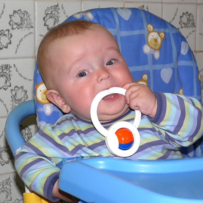 Как помочь малышу, у которого режутся зубки?