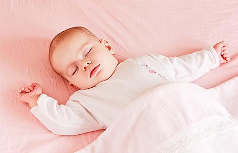 Сон на спине снижает риск внезапной смерти младенцев
