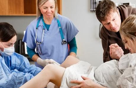 Индуцирование беременности имеет преимущество перед выжидательной тактикой