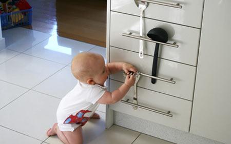 Как обезопасить квартиру для малыша?