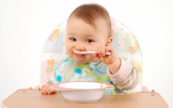 Врачи: кормление с ложки может привести к детскому ожирению