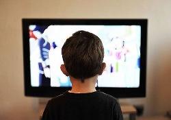 Почему телевизор очень «коварный» помощник в воспитании детей