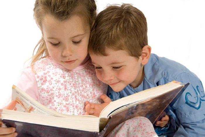 Читать ребенку книжки так же важно, как его кормить