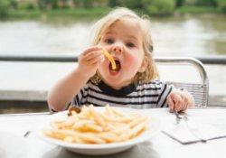 У детей хронический дефицит сна может стать причиной переедания