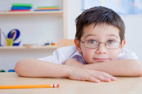 Детям с плохим зрением не нужно сидеть на первой парте