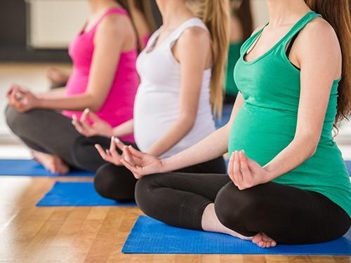 Не стоит отказываться от йоги во время беременности