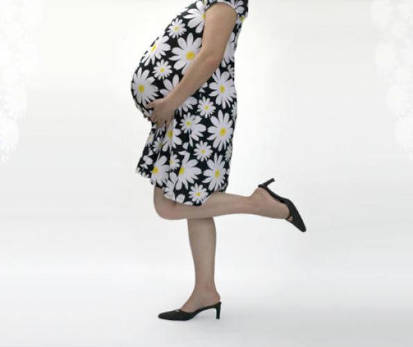 Беременным вредно ходить на каблуках и в шлепанцах