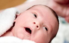 Врачи не рекомендуют обтирать новорожденных материнскими бактериями