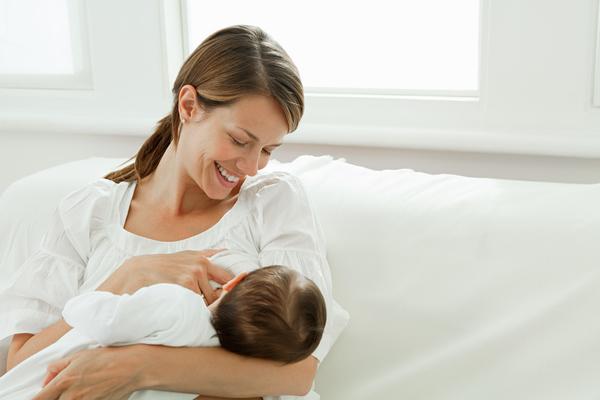 Грудное вскармливание в первые месяцы стимулирует работу иммунитета и снижает риск аллергии