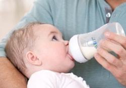 Размер бутылочек для кормления может влиять на вес малышей