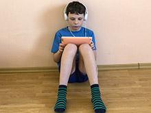 Дошкольники, зависимые от электронных устройств, часто игнорируют своих родителей