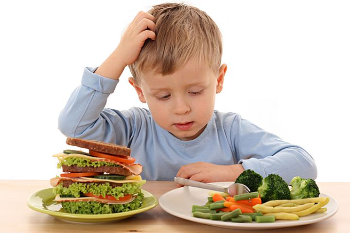 Как приучить малыша нормально есть?