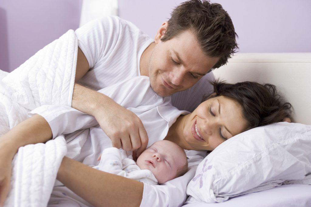 Следует ли младенцу спать в комнате с родителями?