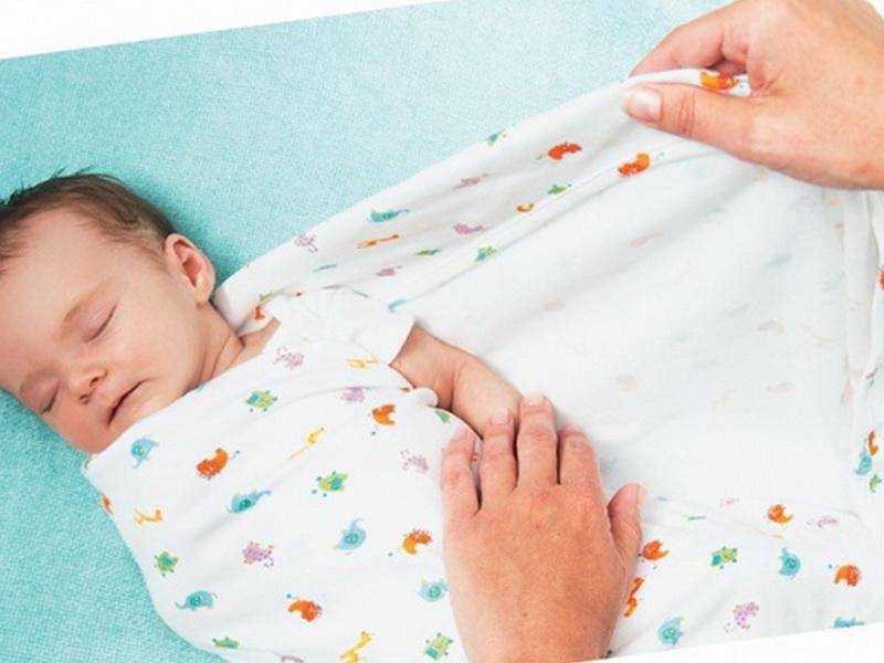 Плотное пеленание может нанести непоправимый вред суставам младенца