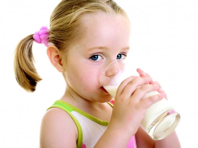 Коровье молоко не советуют давать маленьким детям