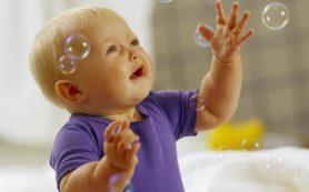Младенец, пускающий пузыри, заговорит раньше