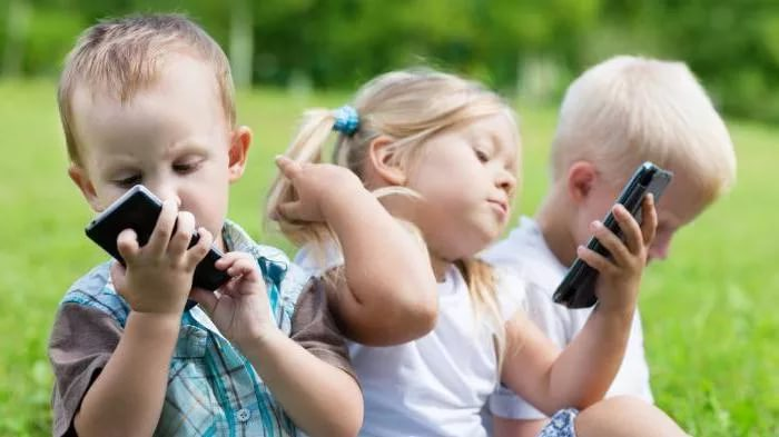 Сотовые телефоны и компьютерные игры вызывают детскую бессонницу