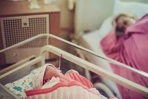 Во время домашних родов риск смерти ребенка в два раза выше