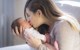 Почему целовать младенцев опасно: мнение врача