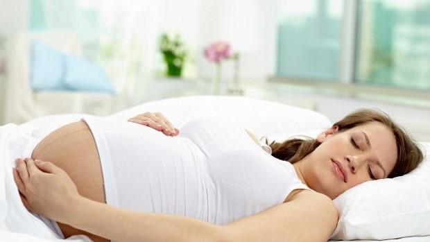 Сон на спине на третьем триместре беременности связан с мертворождением