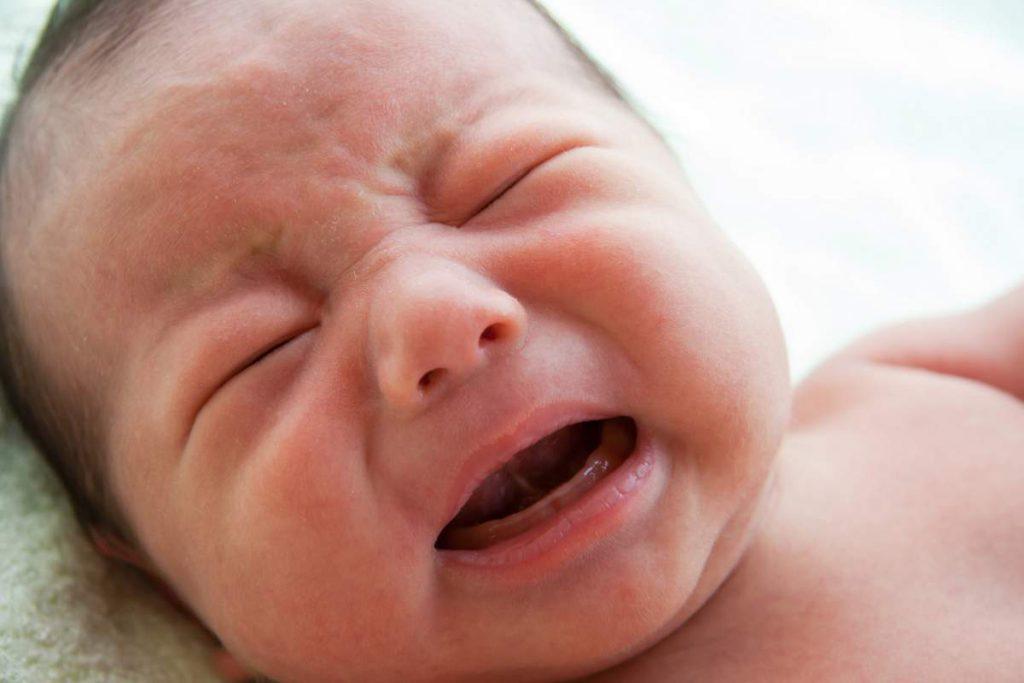 Младенец плачет: что делать?