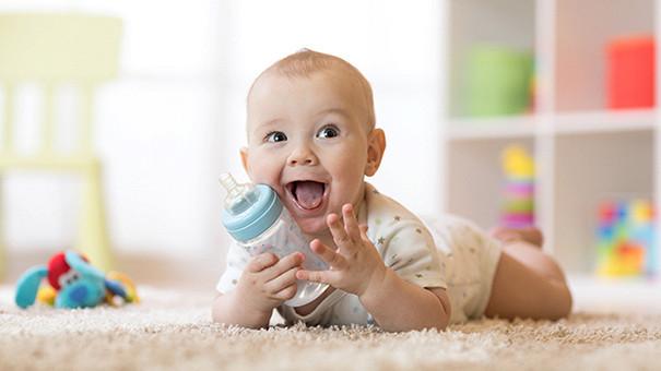 Детские одеяла, поильники и резиновые уточки: чем они так опасны для детей