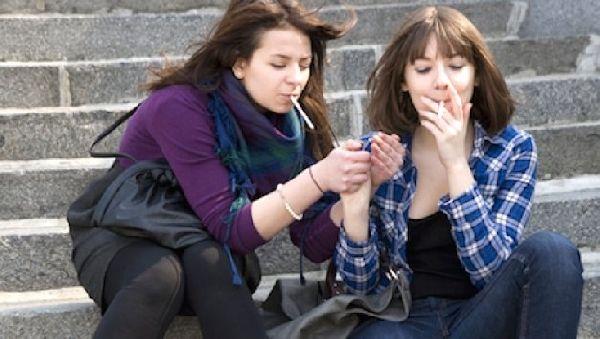 Курящий друг у подростка – главная причина начала курения