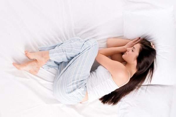 Медики назвали лучшие и худшие позы для сна