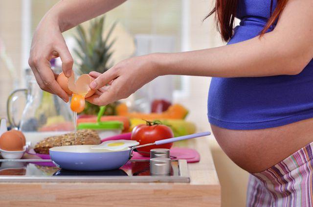 Медики рассказали, от каких продуктов лучше отказаться во время беременности