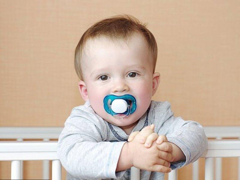 Родители должны очищать детские соски своим ртом