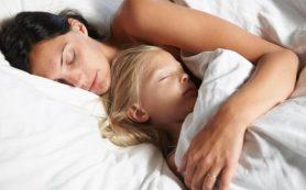Родителям советуют чаще спать рядом с детьми