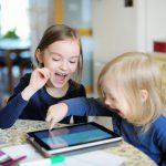 Два часа гаджетов в день в несколько раз повышают риск СДВГ у детей