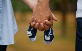 Если во время родов держать мужа за руку, боль будет слабее