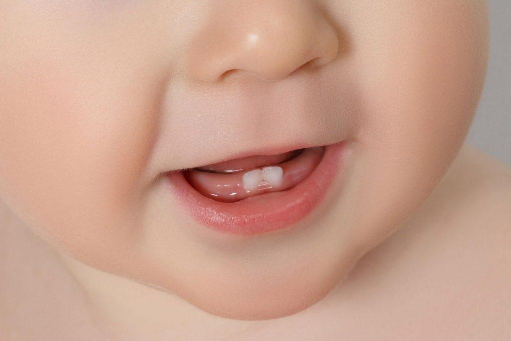 Первые зубки у ребенка