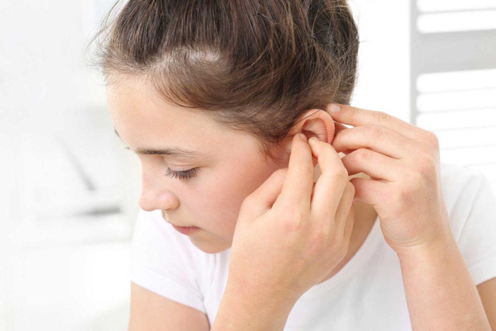 Ребенок жалуется на боль в ухе